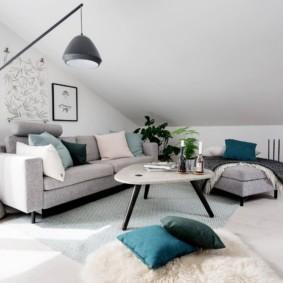 Белый потолок комнаты в мансарде