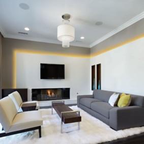 Желтая подсветка на стене гостиной