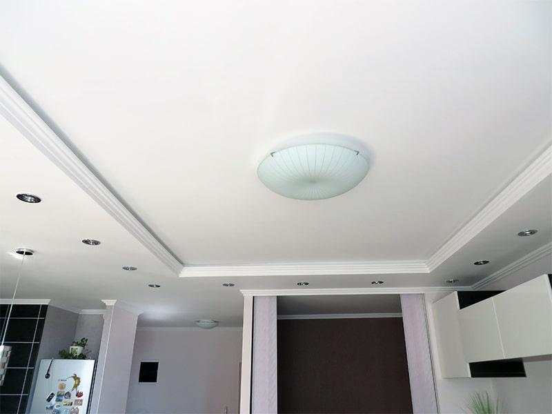 Накладной светильник на двухуровневом потолке из гисокартона