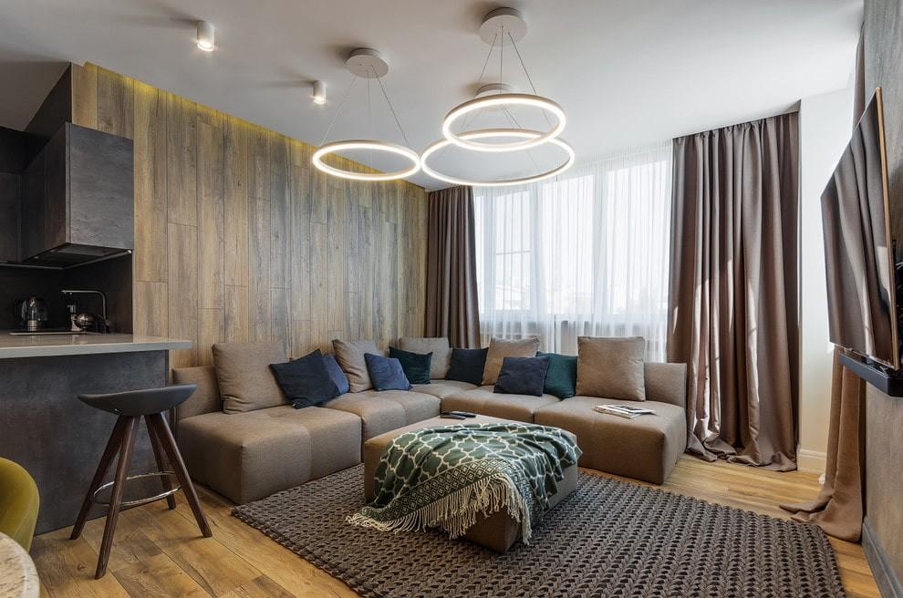 Кольцеобразные светильники на ровном потолке зала