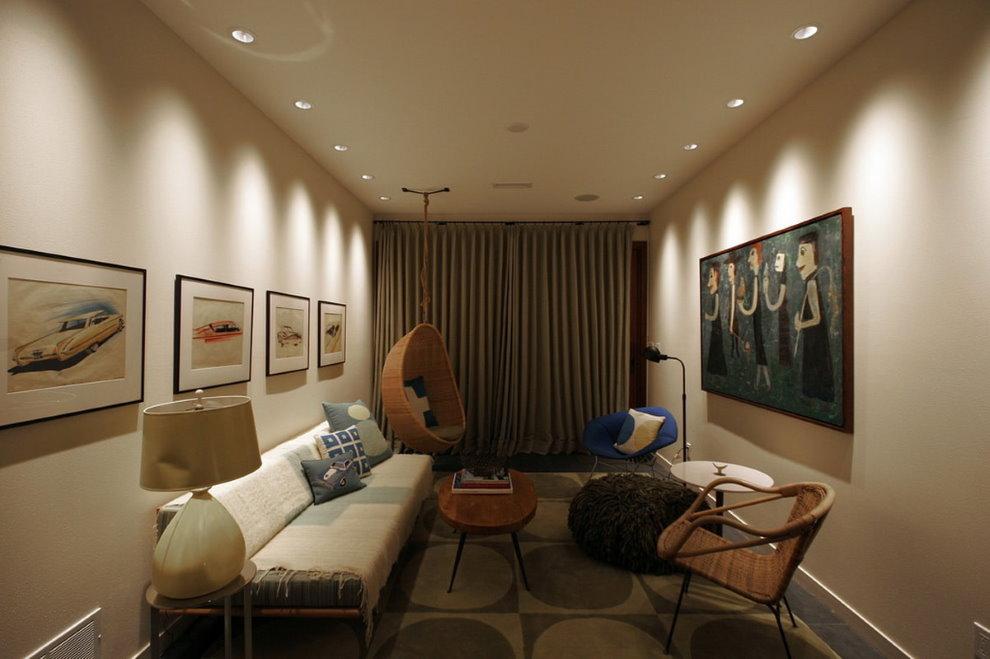 Точечные светильники на светлом потолке зала