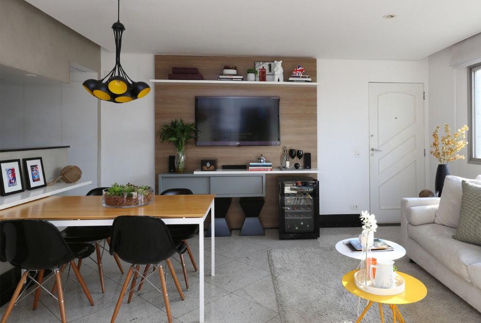 Светло-серые стены однокомнатной квартиры