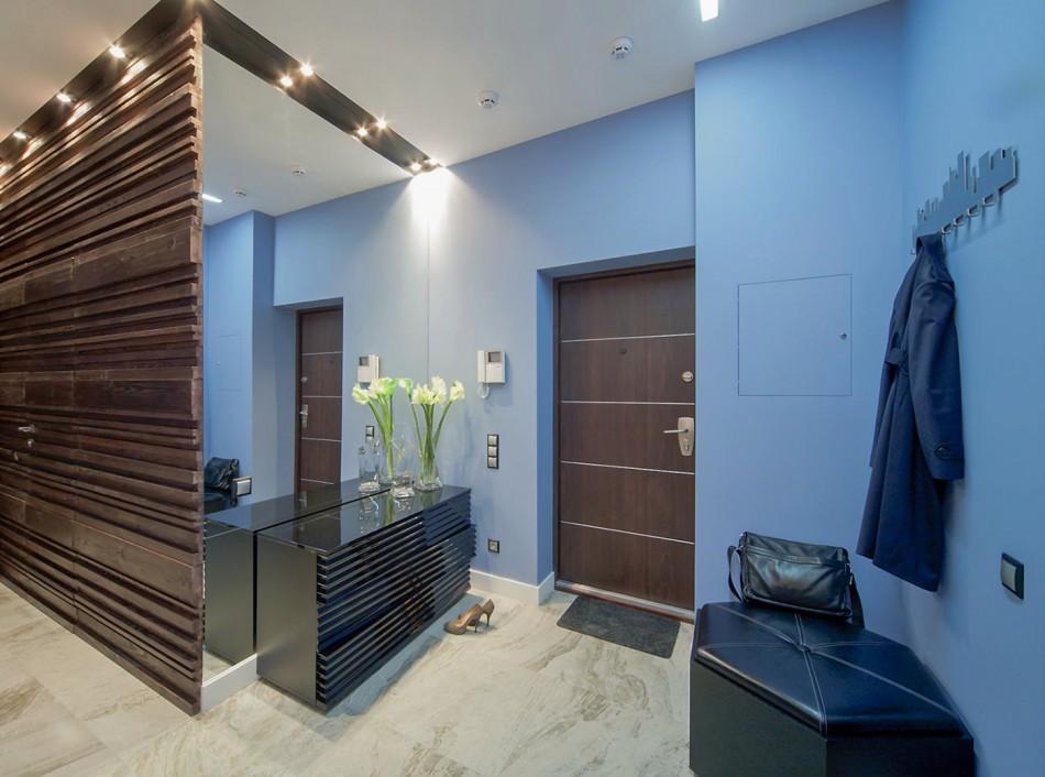 Светло-синие стены в прихожей квартиры