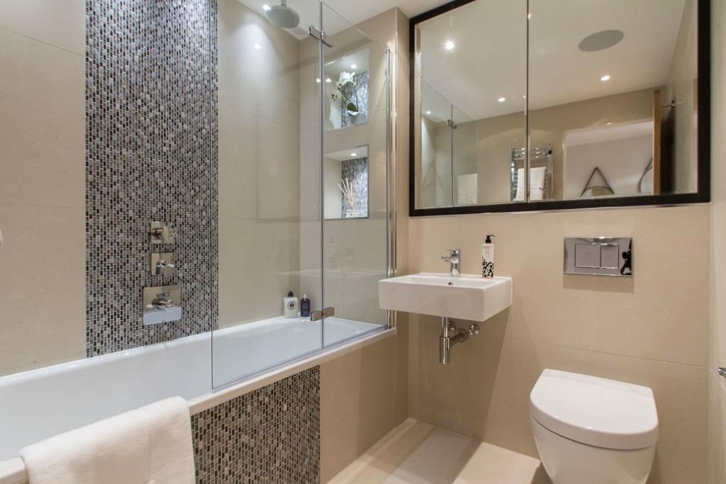 Интерьер светлой ванной комнаты в панельном доме