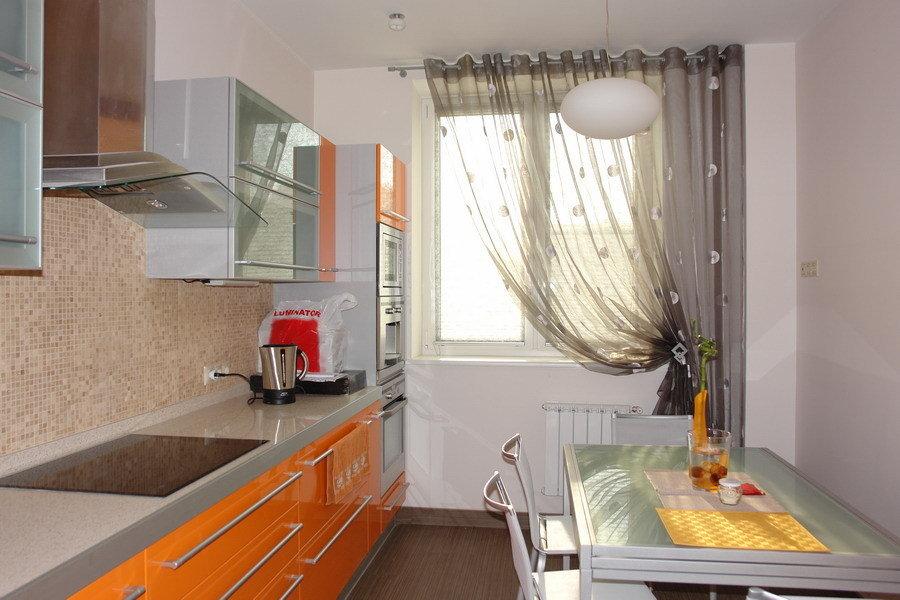 Легкая штора на одну сторону кухонного окна