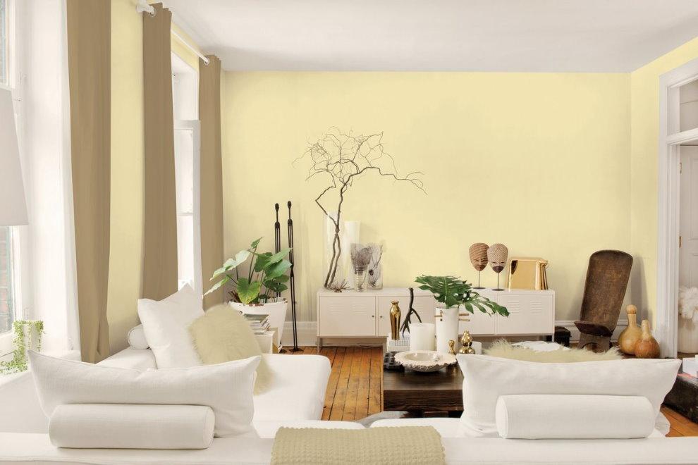 Светло-желтые стены гостиной с белой мебелью