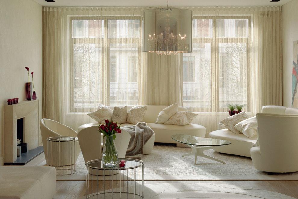 Светлые шторы в гостиную с двумя окнами