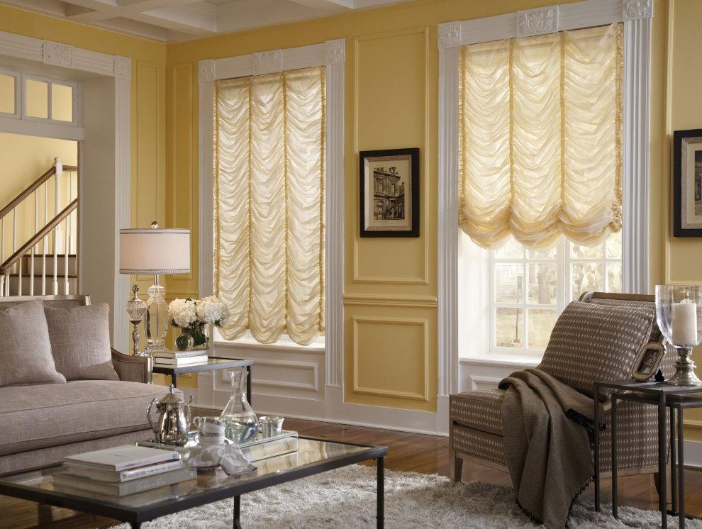 Французские шторы из светлой ткани в зале дома