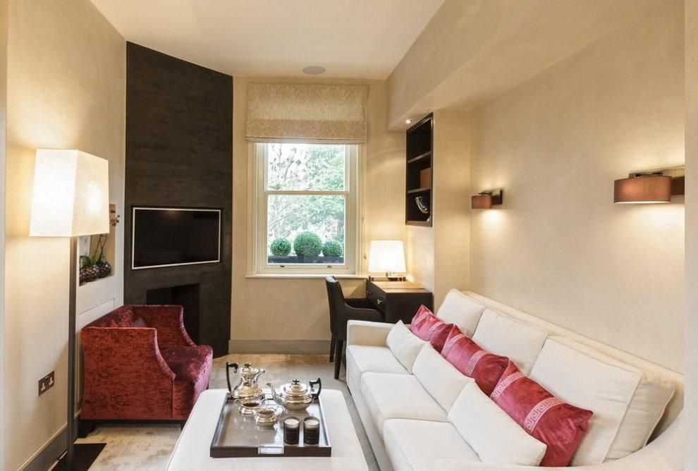 Светлые стены в комнате с диваном