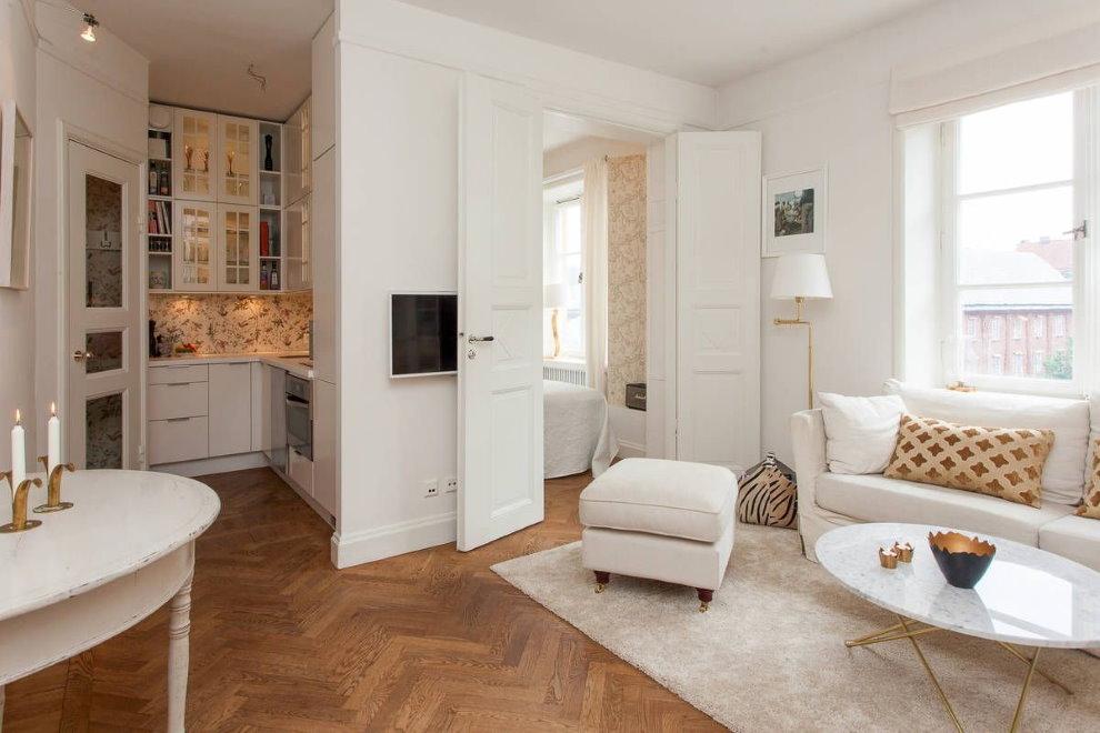 Белые распашные двери между спальней и гостиной
