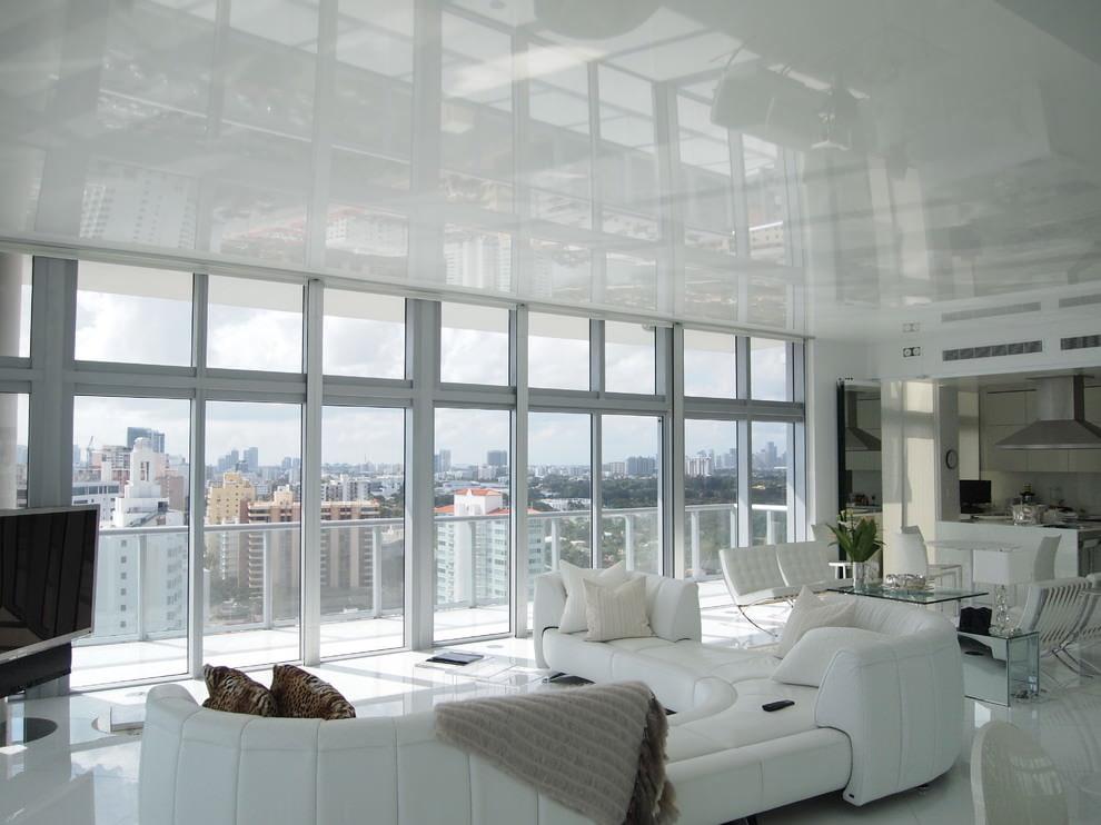 Светлый потолок в комнате с панорамным окном