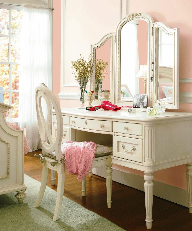 Трельяж светлого оттенка в комнате с розовой стеной