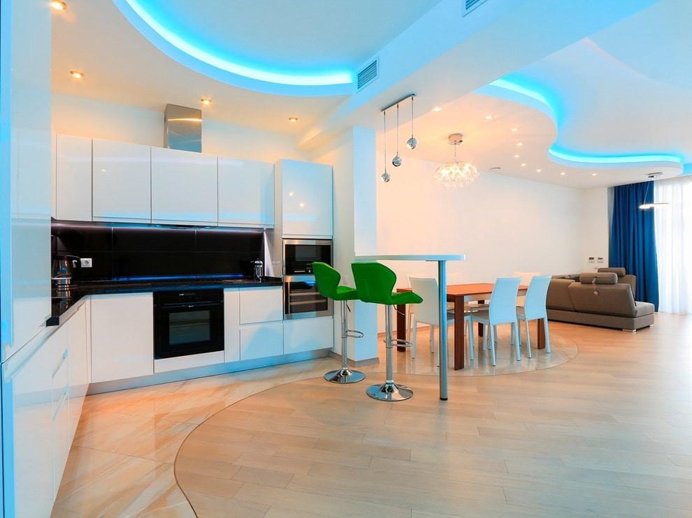 Светодиодная подсветка потолка в зале квартиры-студии