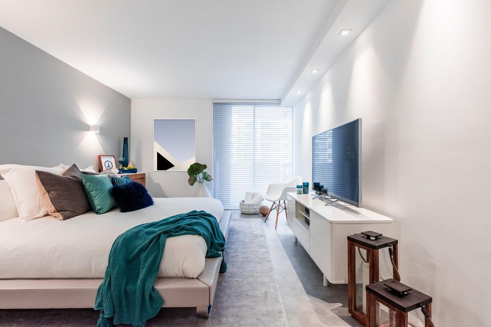Телевизор на белой тумбе в спальне современного стиля