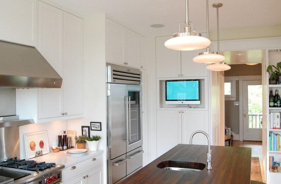 Телевизор на кухне с мойкой в острове