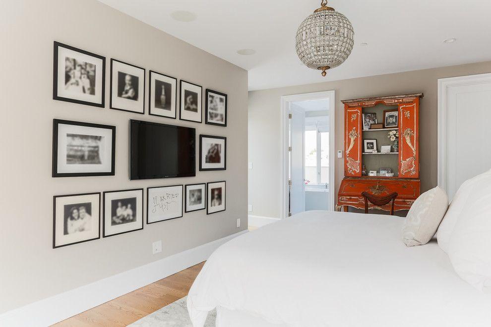 Черно-белые фото на стене спальни вокруг телевизора