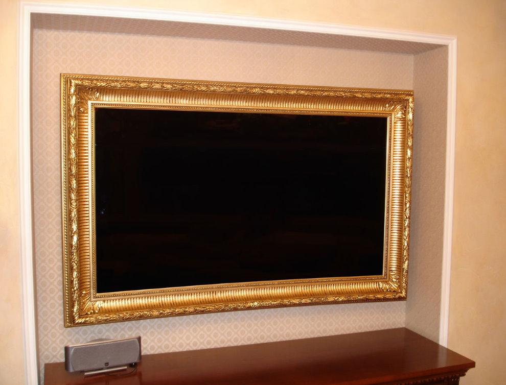 Телевизор в деревянной рамке в нише стены