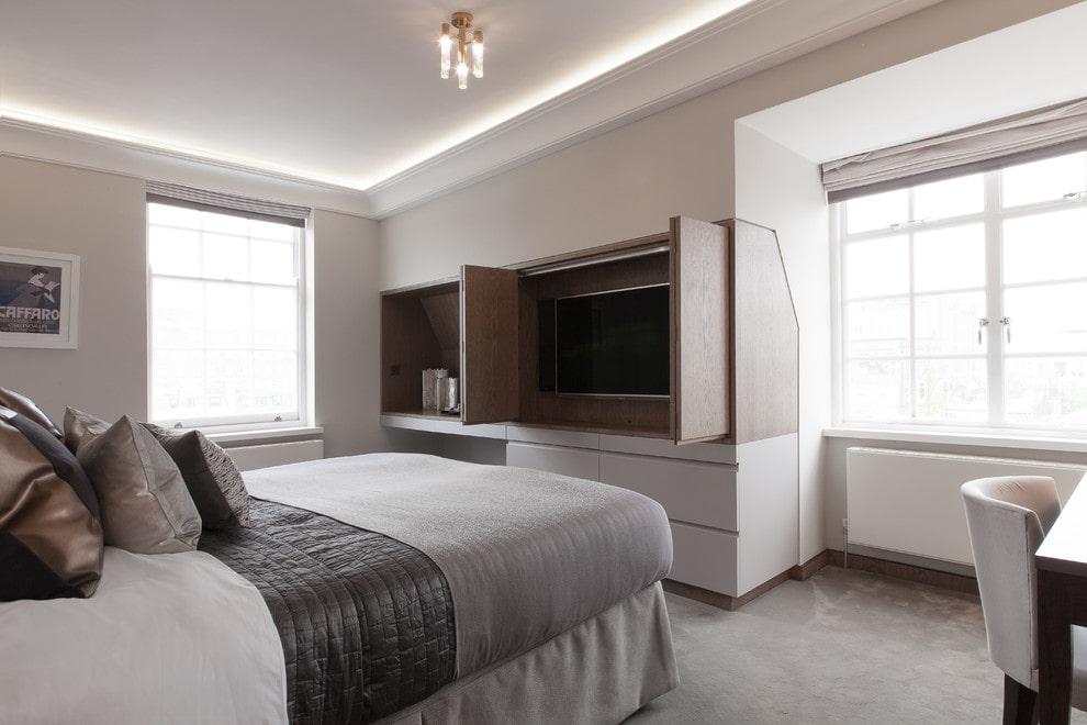 Телевизор внутри мебели в спальном помещении