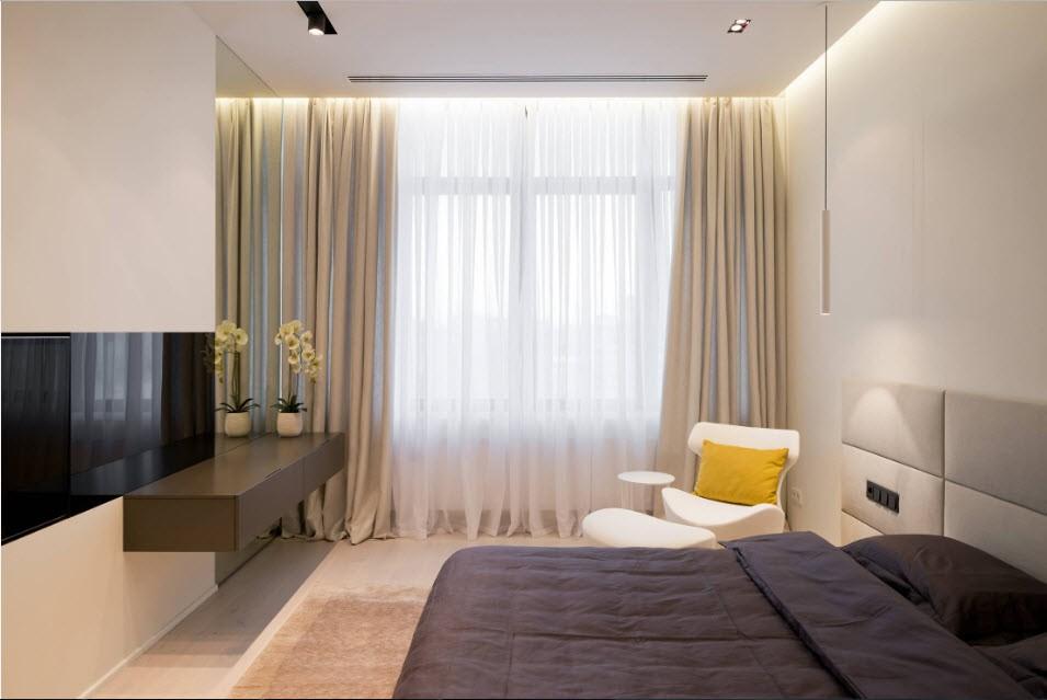Узкая телевизионная панель в светлой спальне