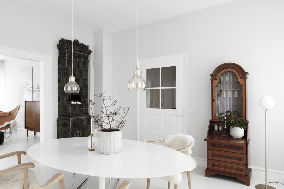 Темная мебель на фоне белых стен