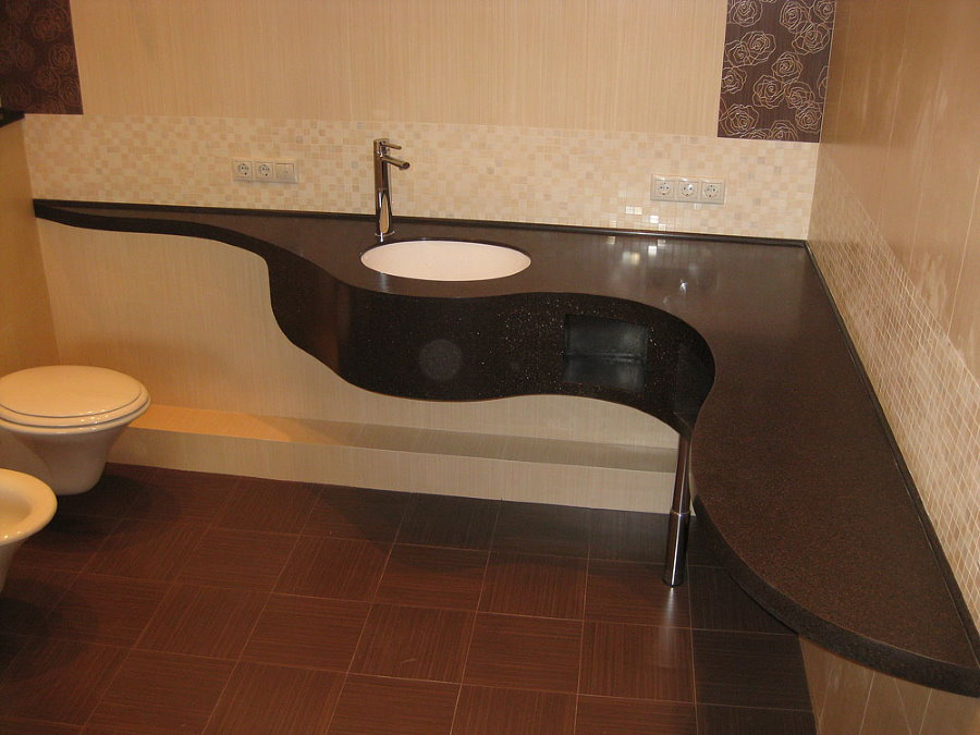 Акриловая столешница темного цвета в просторной ванной