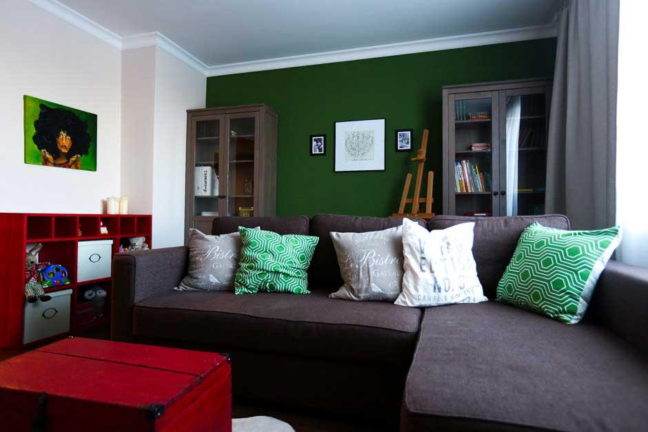 Акцентная стена гостиной темно-зеленого цвета