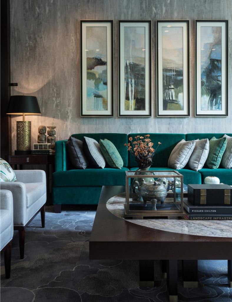 Темно-зеленый диван в небольшой гостиной