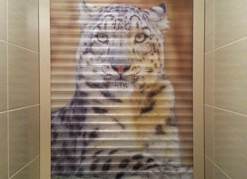 Изображение тигра на рольставнях в туалете