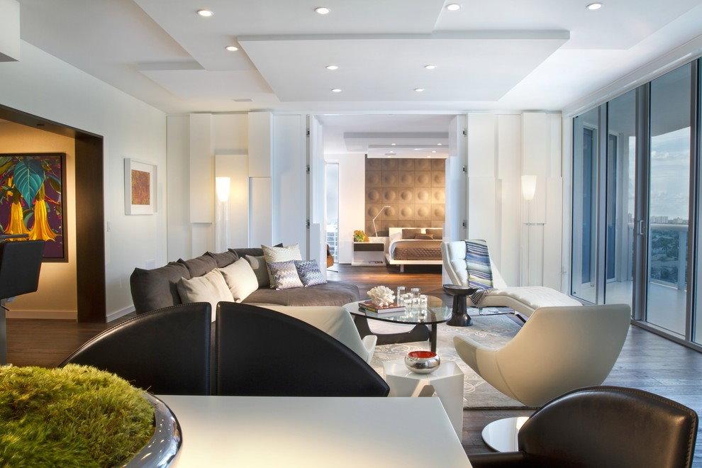 Дизайн большого зала с многоуровневым потолком