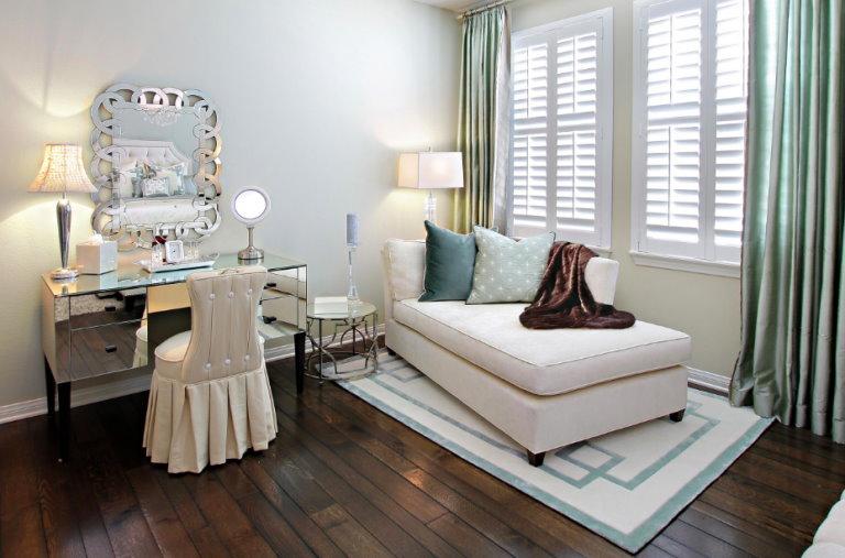 деревянный пол в спальне с туалетным столиком
