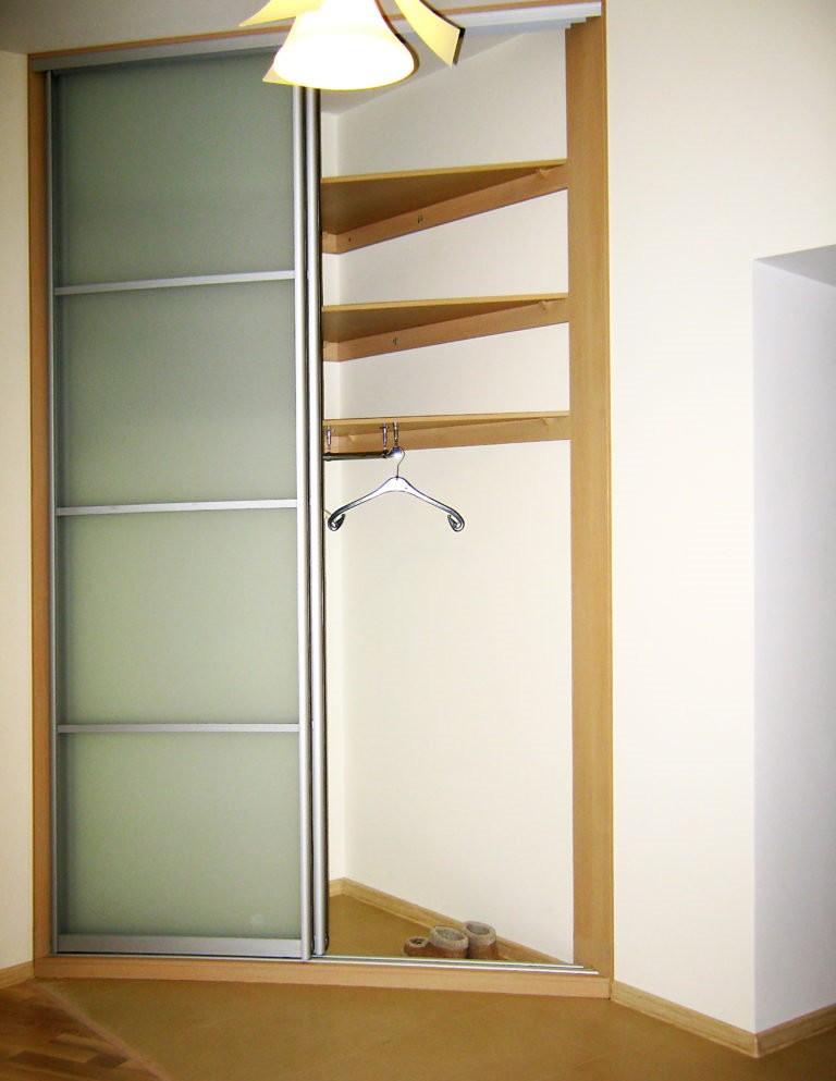 Самодельный угловой шкаф для зала