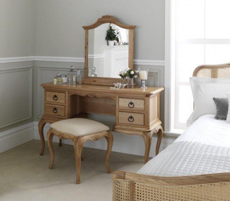 Деревянное трюмо в светлой спальне