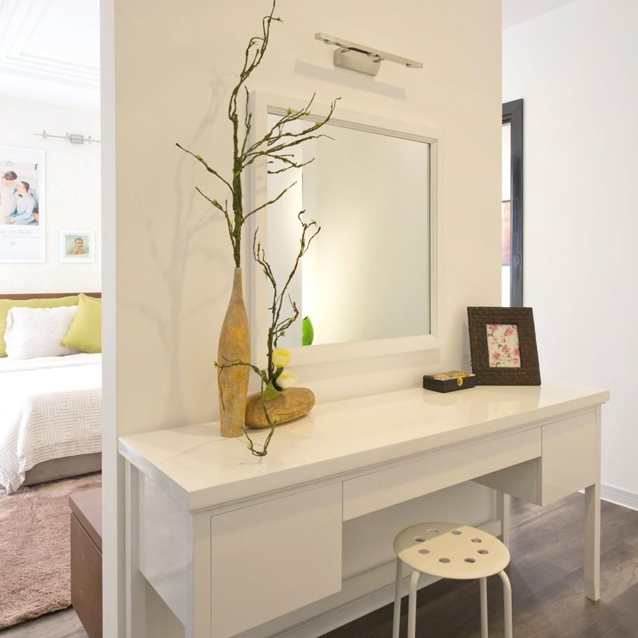 Белый туалетный столик с навесным зеркалом