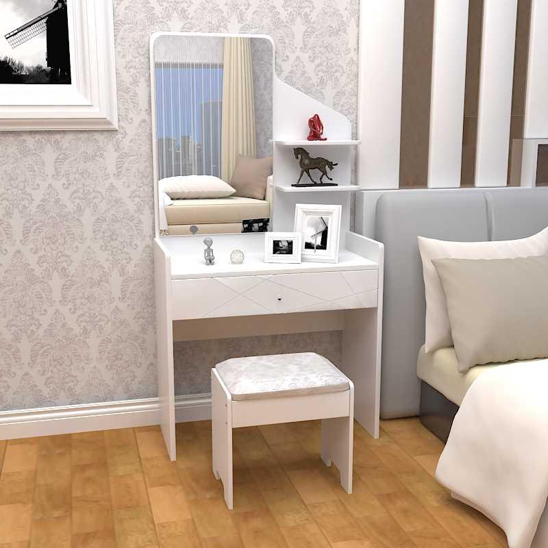 Небольшой туалетной столик возле кровати