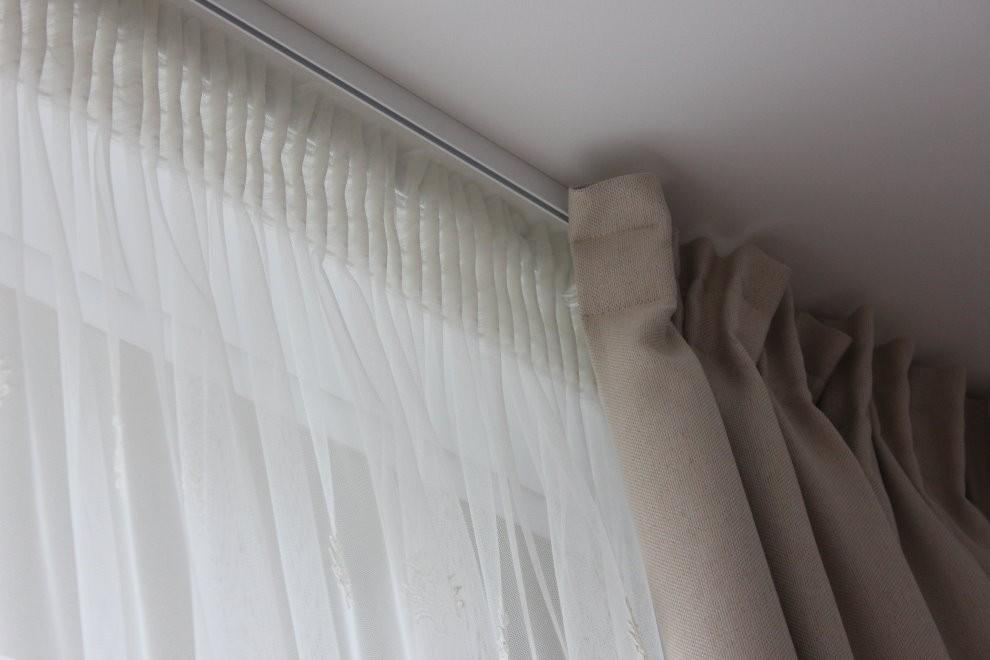 Закрепление тюля на алюминиевом карнизе под потолком гостиной
