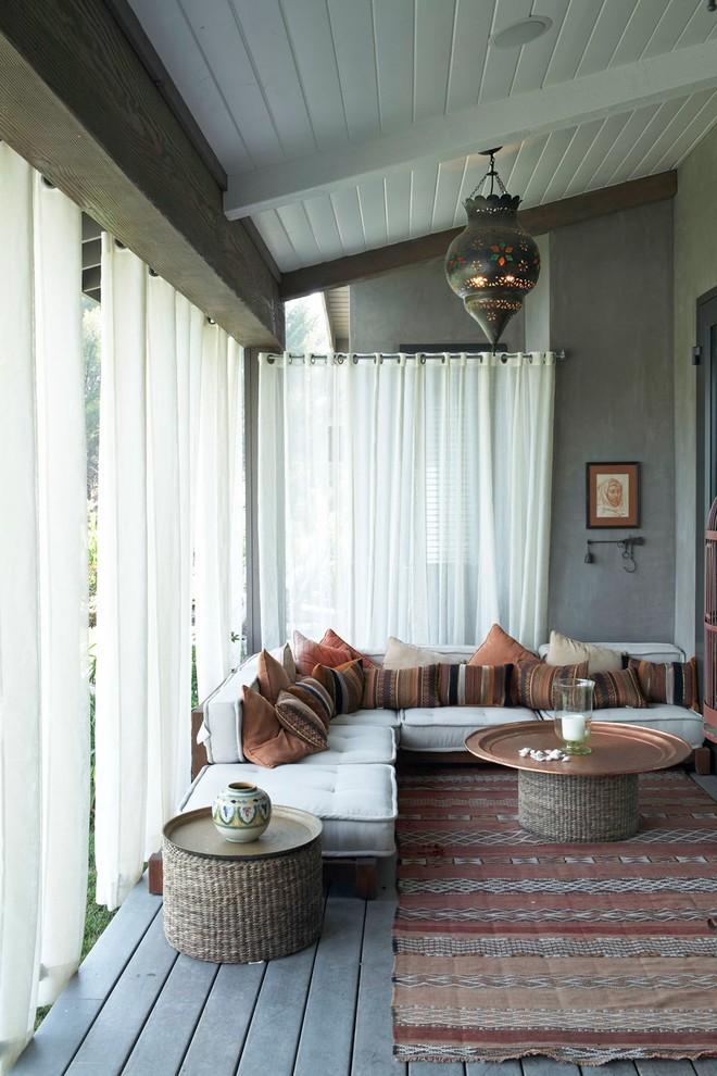 Белый тюль на люверсах в зале частного дома