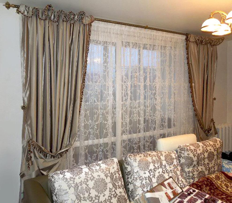 Тюль-сетка в интерьере гостиной комнаты