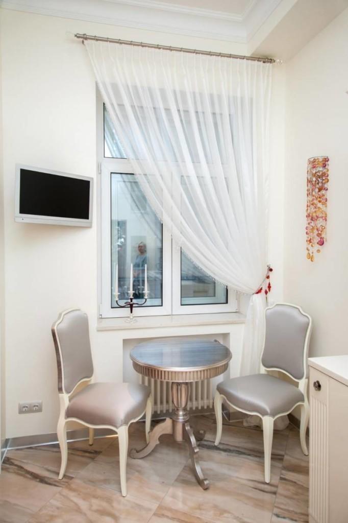 Тюлевая штора на одну сторону окна кухни