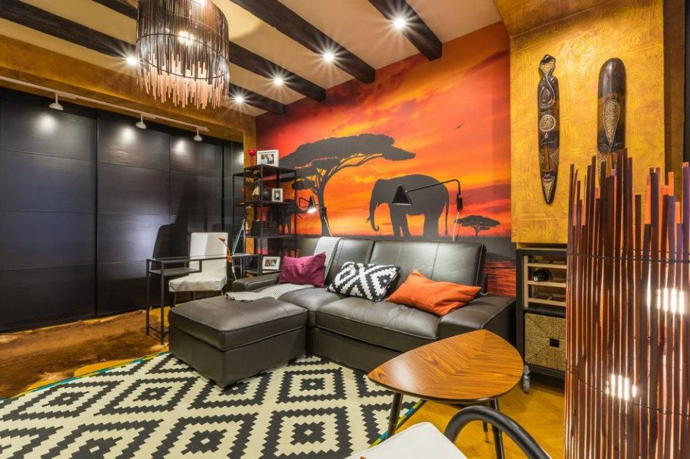 Кожаный диван в гостиной с фотообоями