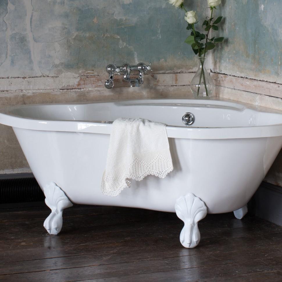 Белая угловая ванна на фигурных ножках