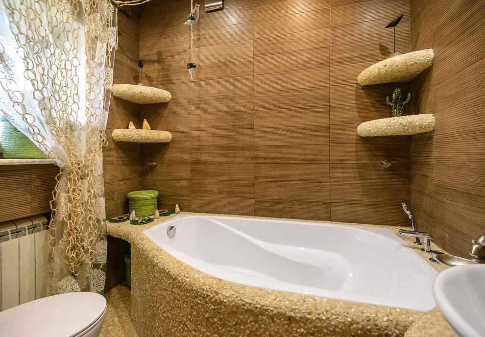 Встроенная ванна из чугуна в комнате с окном