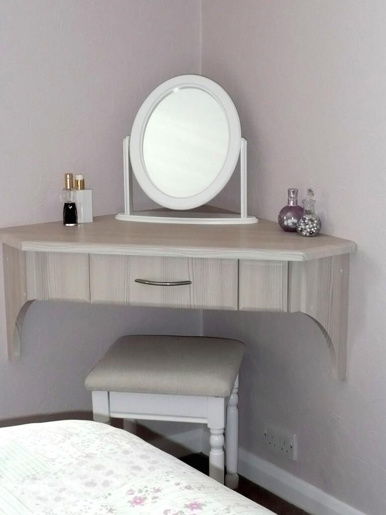 Овальное зеркало на подвесном столике