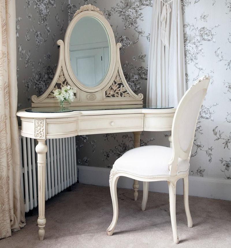 Угловой туалетный столик в классическом стиле
