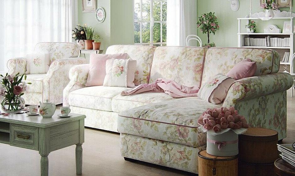 Угловой диван с цветочной обивкой в стиле прованс