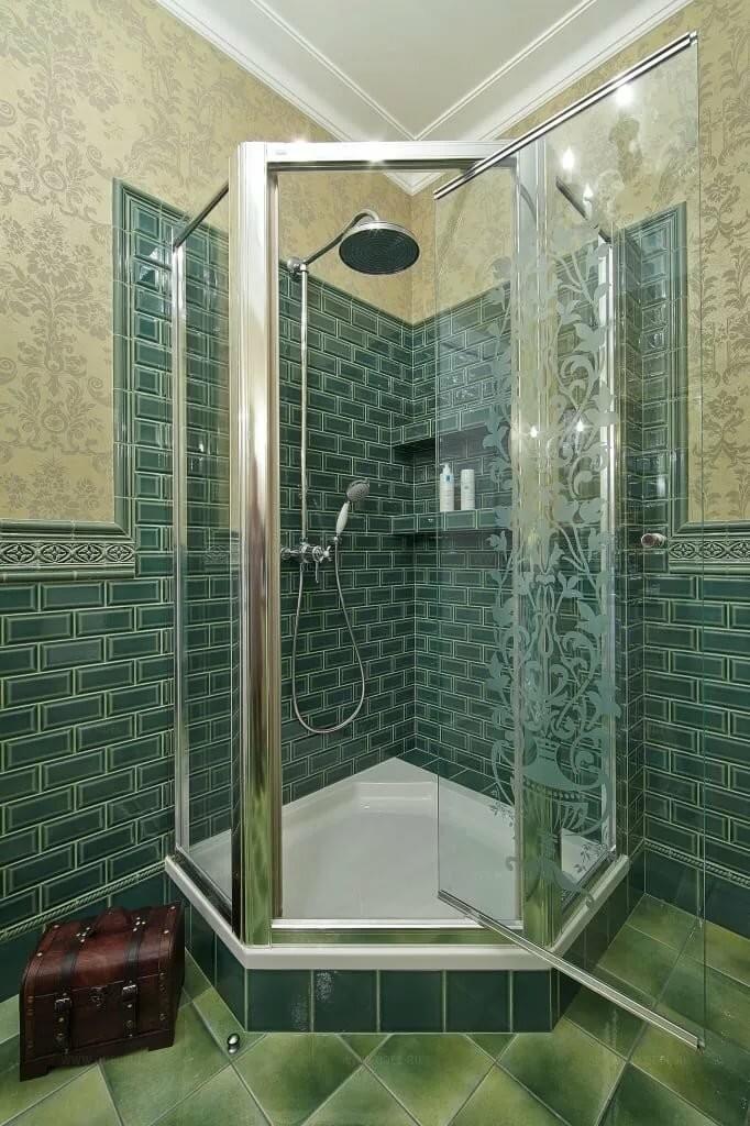 Угловой душ в ванной комнате