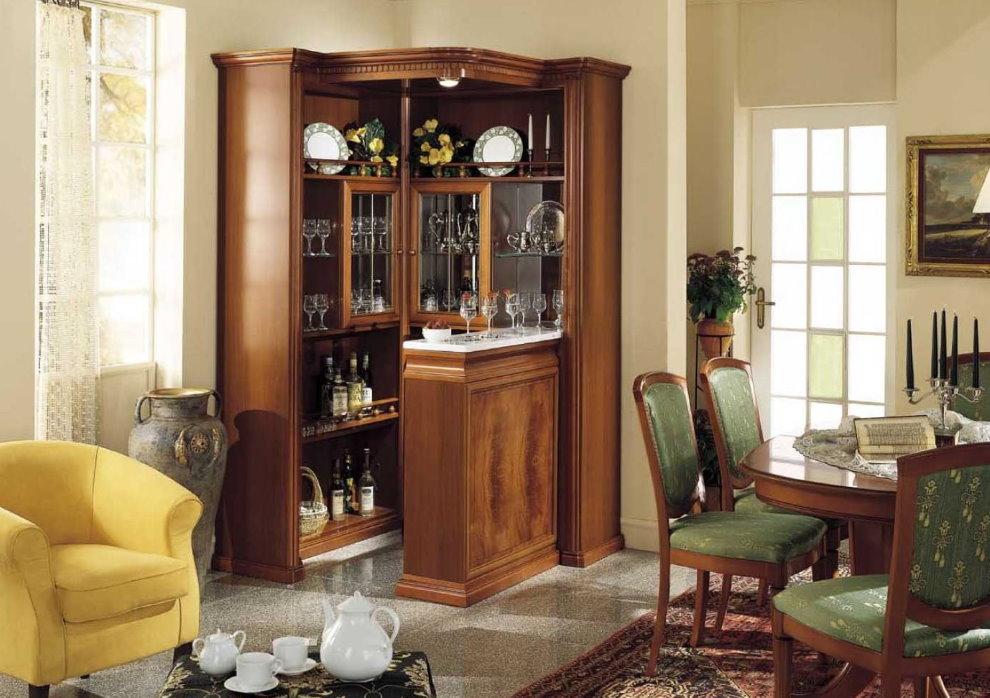 Угловой шкаф с посудой в зале частного дома