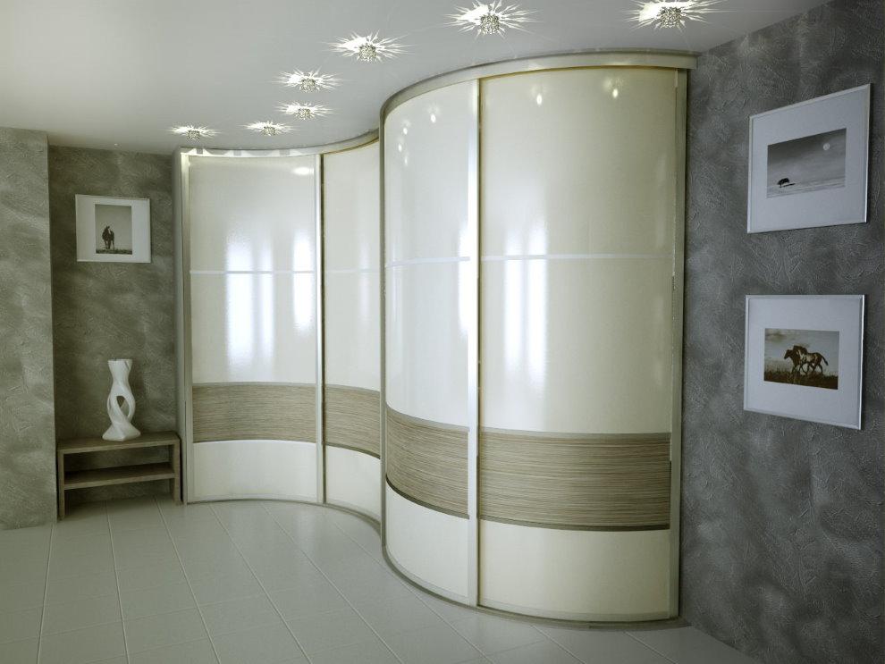 Угловой шкаф радиусного типа в гостиной современной квартиры