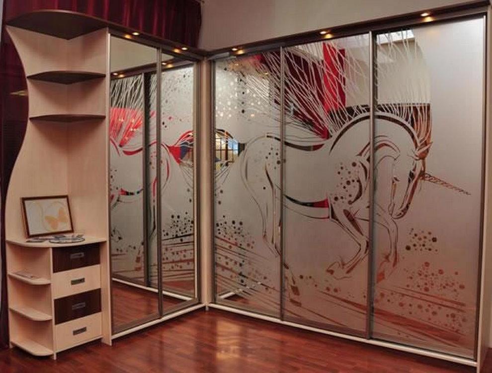 Угловой шкаф с раздвижными дверцами