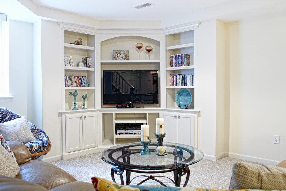 Телевизор в угловом шкафу гостиной