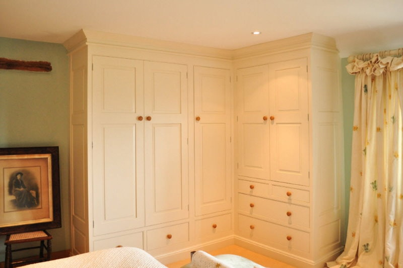 Угловой шкаф встроенного типа в зале квартиры